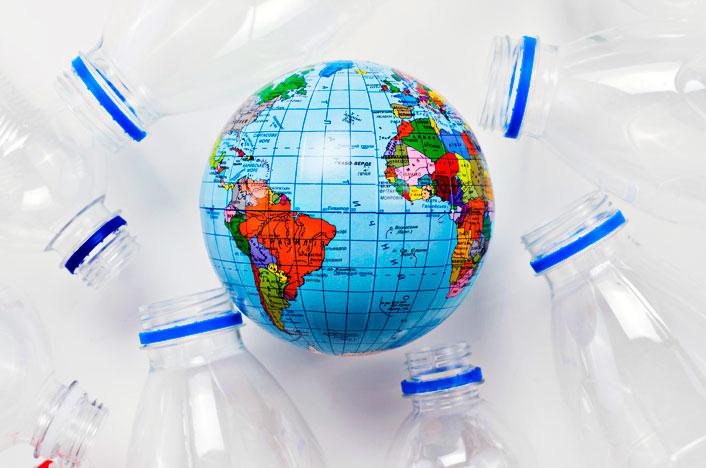 Planeta rodeado de plásticos