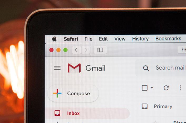 Ordenador con Gmail abierto