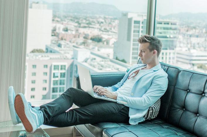 Hombre sentado con el ordenador