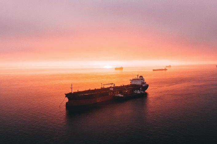 Barco de mercancías en alta mar