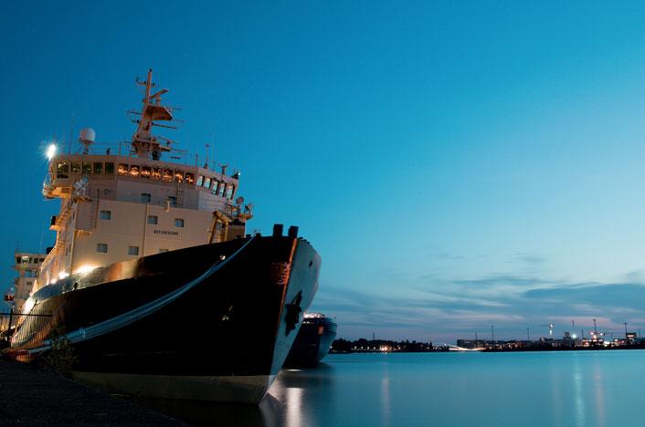 Barco de mercancías en puerto