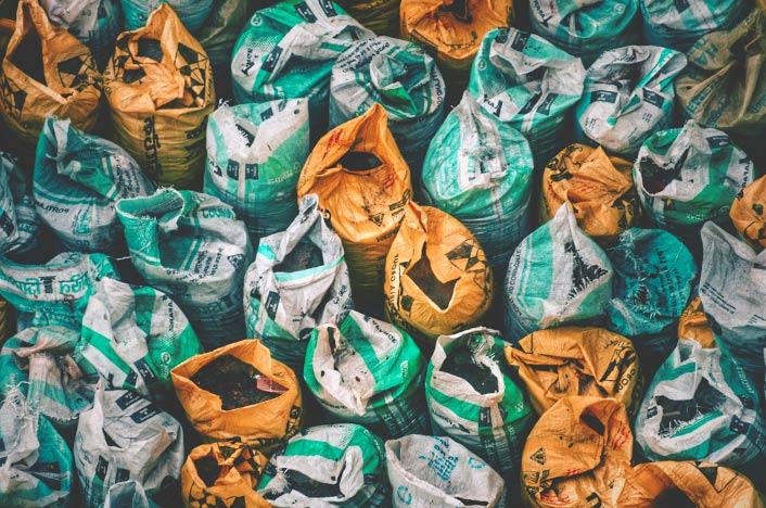 Acumulación de bolsas de plástico de colores