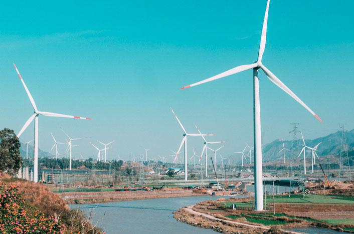 Molinos de viento cerca del río