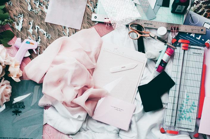 Mesa con telas, tijeras y pegamento