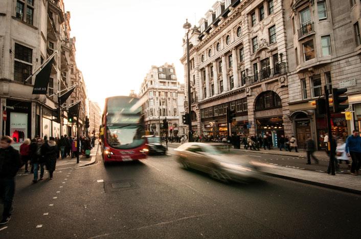Autobús urbano haciendo recorrido