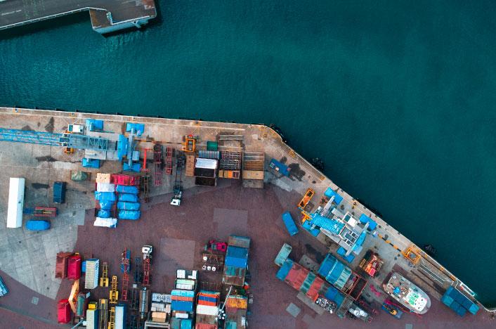 Puerto marítimo con contenedores