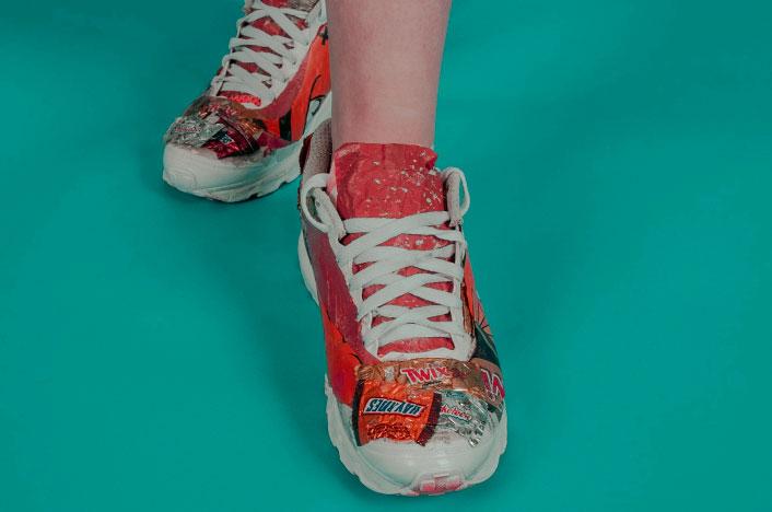 Zapatillas recicladas con papel de golosinas