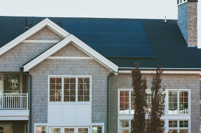Paneles termodinámicos en el tejado de una casa