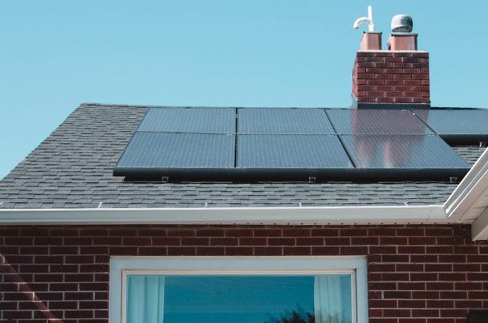 Panel termodinámico en el techo de una casa