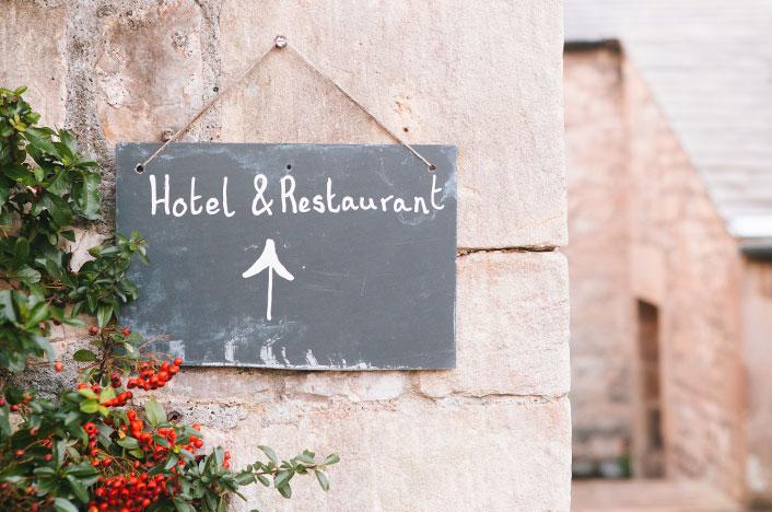Cartel señalizando hotel