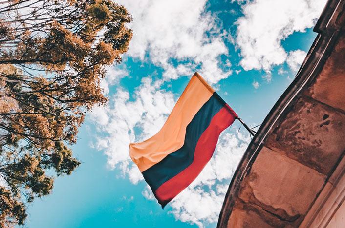 Bandera de Colombia colgada sobre edificio