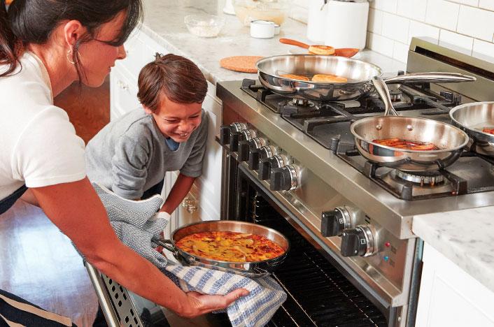Madre e hijo cocinando