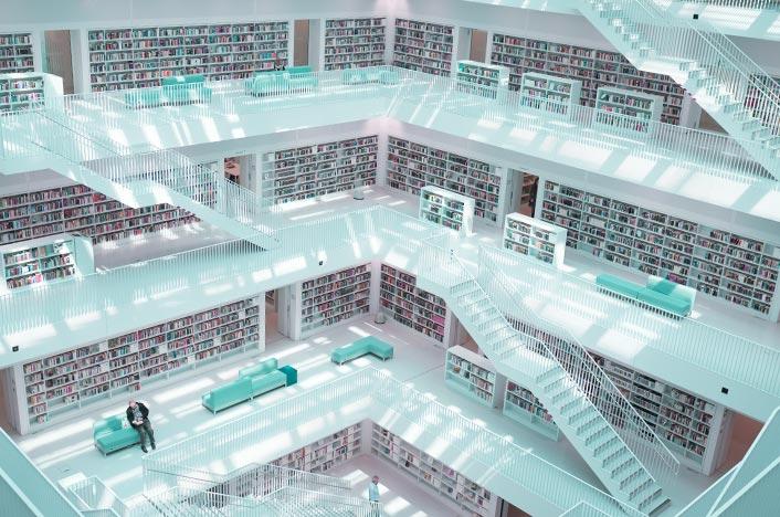 Interior de edificio blanco con escaleras
