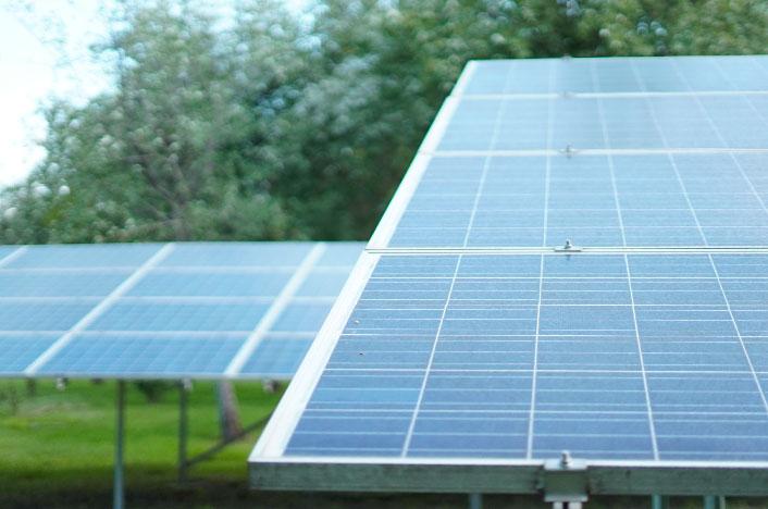 Panel solar en el jardín