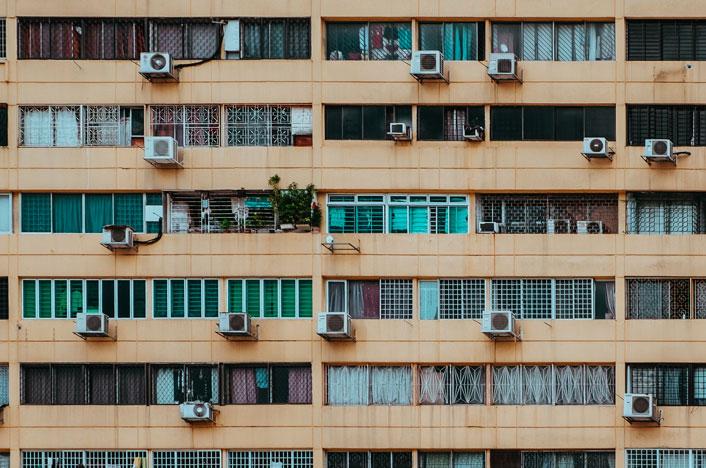 Residuos de aire acondicionado en la fachada de un edificio
