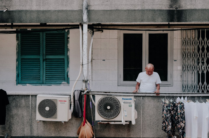Máquina de aire acondicionado en edificio con necesidad de reciclaje