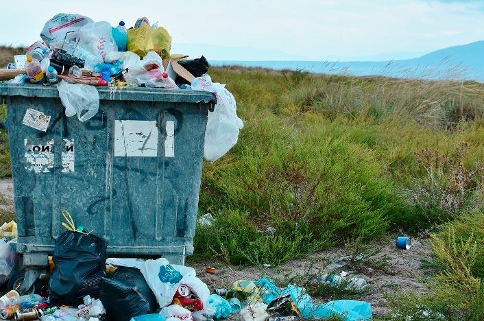 Contenedor de basura lleno en la montaña