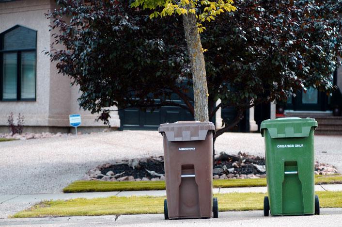 Contenedores de reciclaje en la calle