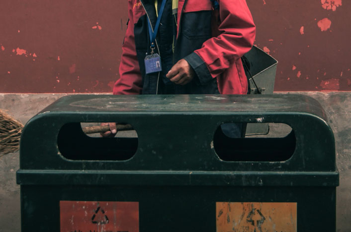 Hombre tirando basura al contenedor