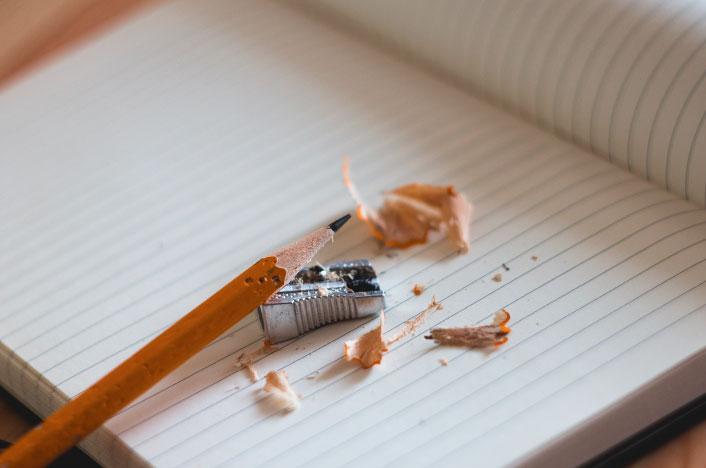 Lapiz de madera sobre cuaderno de papel