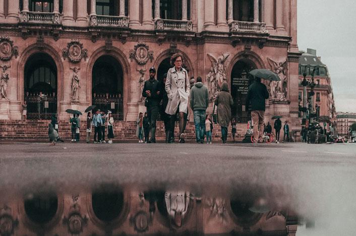 Gente paseando por plaza de Francia
