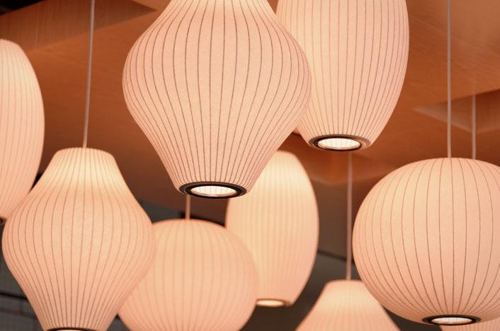 Lámparas de papel colgadas del techo