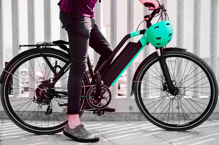 Hombre en bicicleta eléctrica