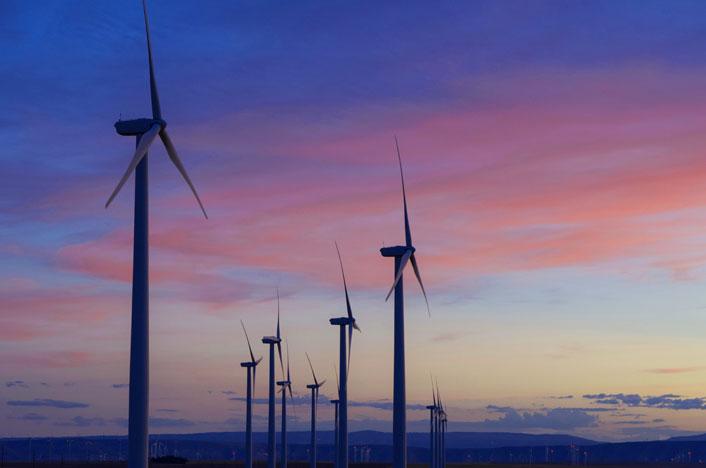 Molinos de viento en un parque eólico