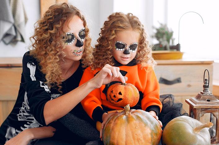madre e hija con disfraces ecológicos para Halloween