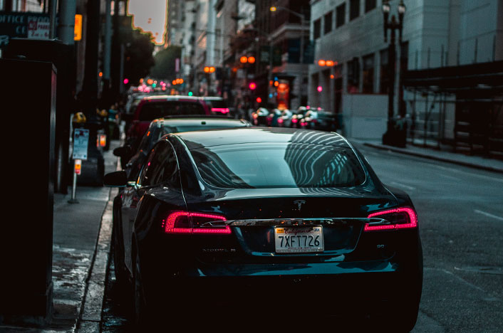Vehículo Tesla aparcado en puto de recarga