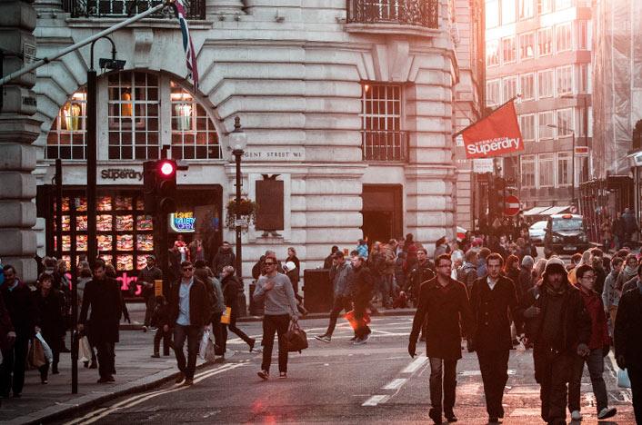 Gente paseando en la calle de una ciudad