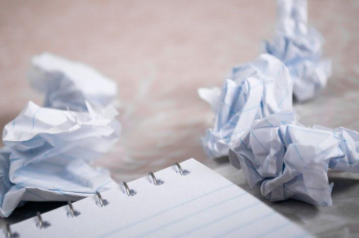 Bolas de papel y cuaderno para reciclar