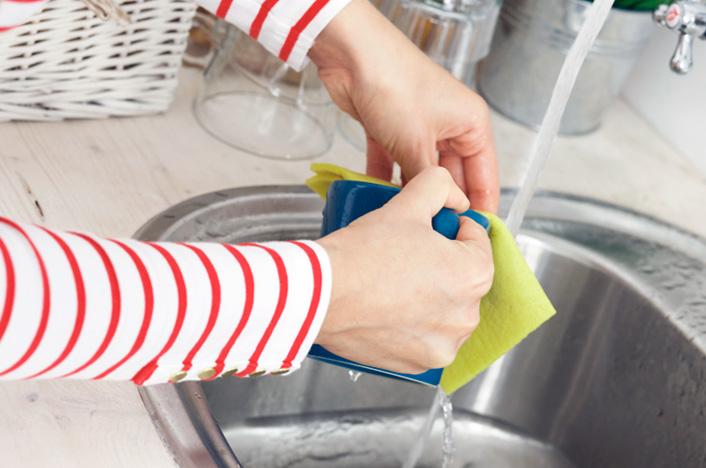 grifo de agua en la cocina