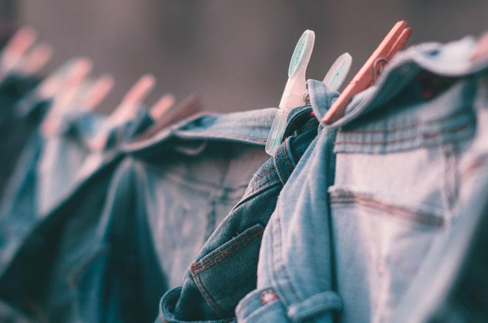 Pantalones vaqueros tendidos