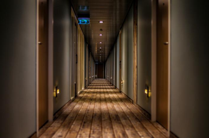 Pasillo encendido en un hotel, ejemplo de eficiencia energética