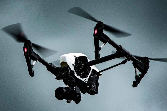 Dron en medio de la contaminación