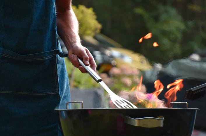 Hombre cocinando en una barbacoa