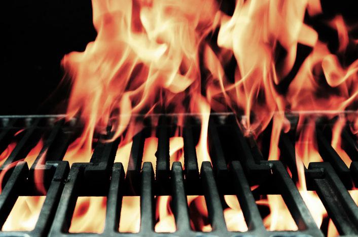 Fuego saliendo de una barbacoa