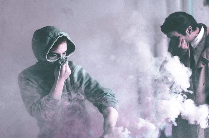 Dos personas inhalando gas