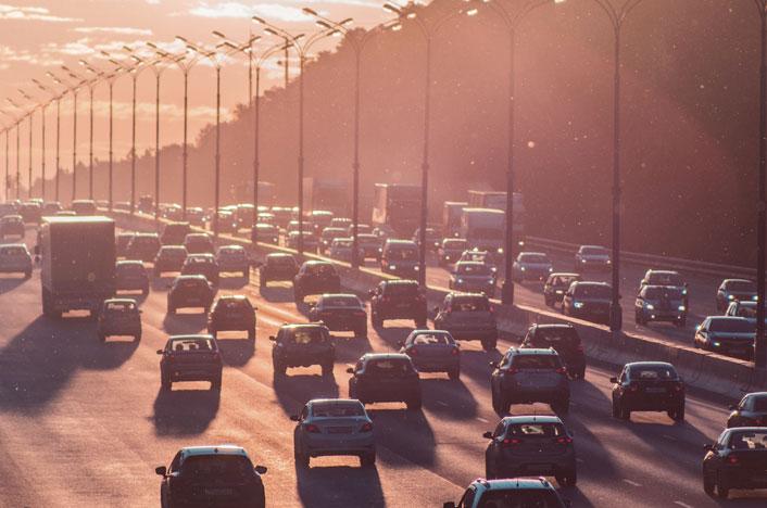 Carretera con tráfico y contaminación