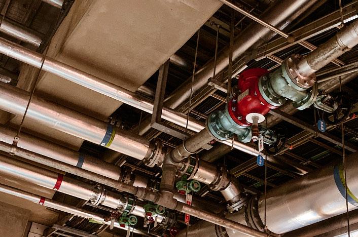Conjunto de tuberías en el techo