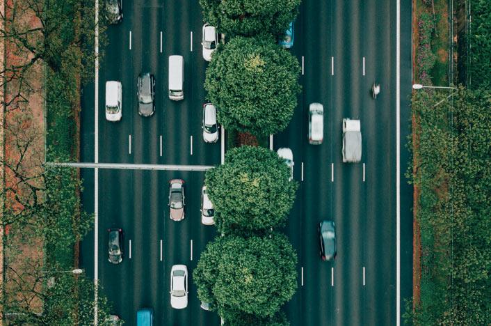 Carretera con zonas verdes