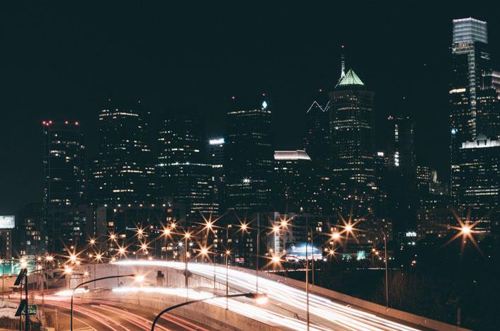 Carreteras de una ciudad iluminadas por la noche