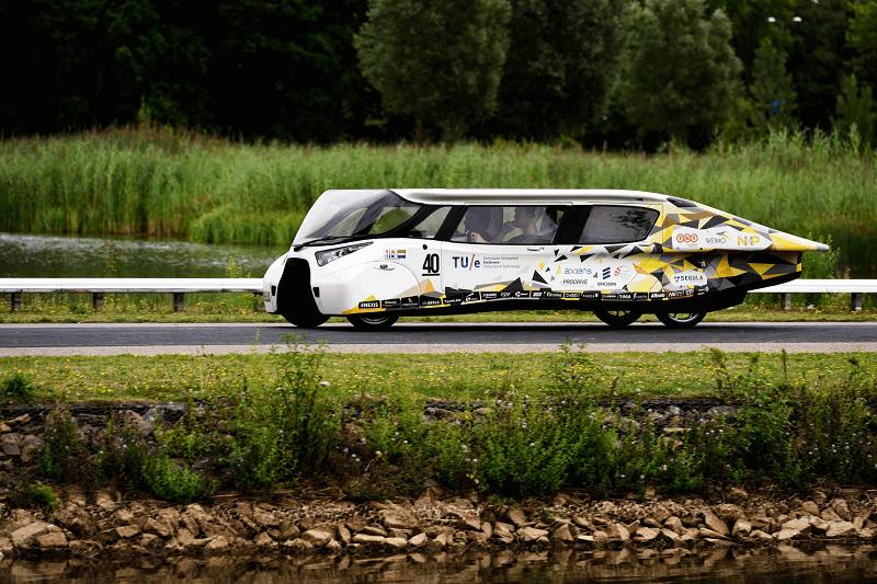 Stella Lux, un coche solar que genera más energía de la que consume