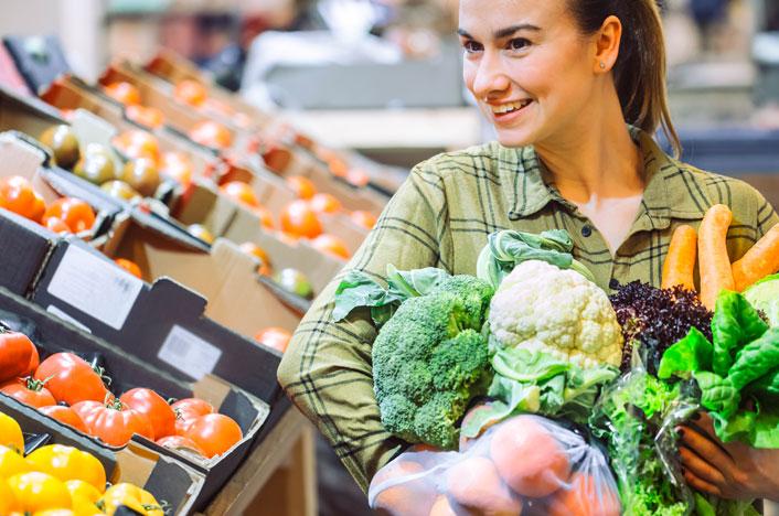 mujer con frutas y verduras ecológicas