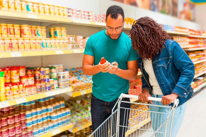 pareja comprando productos ecológicos