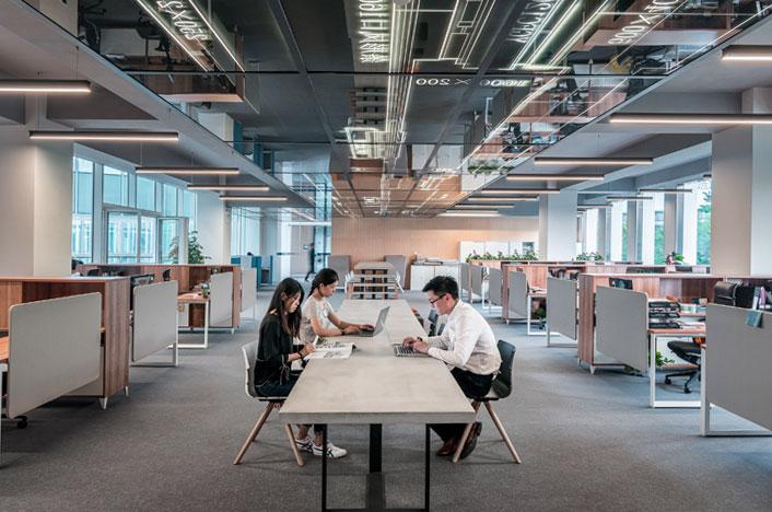 Personas trabajando en oficina eficiente