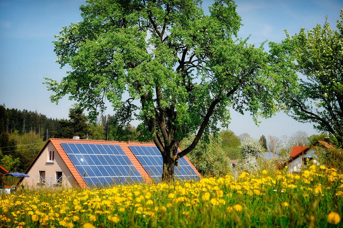 Tejado con paneles solares fotovoltaicos