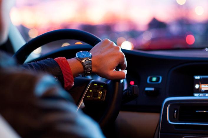 Hombre conduciendo vehículo
