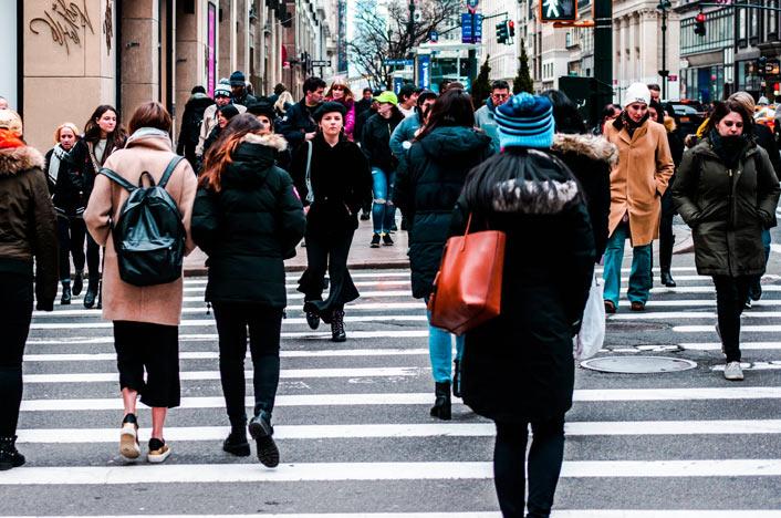 Peatones cruzando en la ciudad